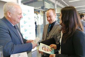 Patentprüfer Losenicky im Gespräch mit einer Studentin und einem Studenten