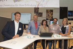 am Bild die Präsidentin des Patentamtes mit ihrem Team am Infostand des Patentamtes in Alpbach