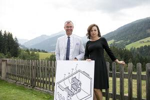 Bundesminister Hofer und Patentamtspräsidentin Karepova mit einem Perpetuum Mobile aus dem Quiz.