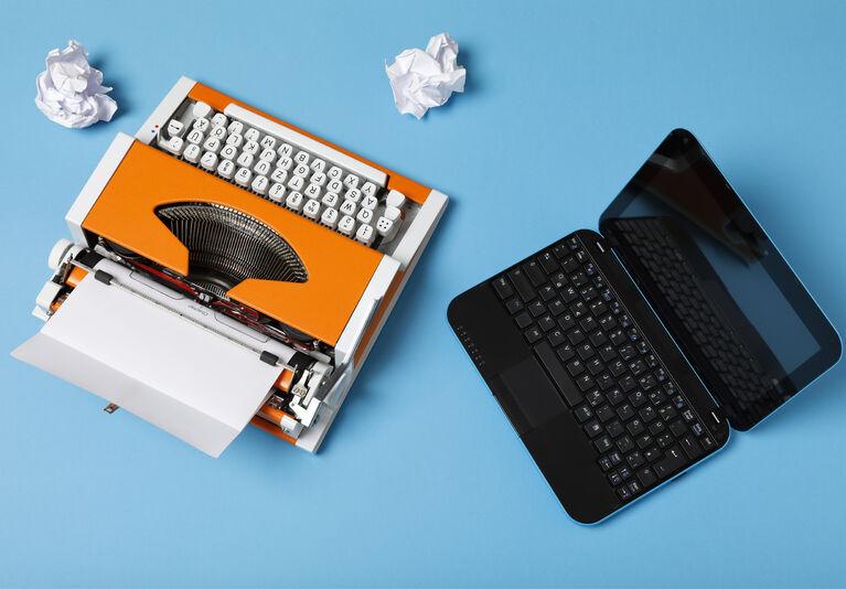 Foto von Schreibmaschine und Laptop