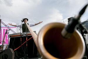 Musiker Loisach Marci mit Alphorn auf der Bühne des Patente Cocktail.