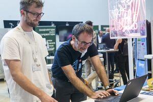 Student mit Techniker vom Österreichischen Patentamt bei der Recherche, aufgenommen in Alpbach beim Innovationsmarathon der TU Austria.