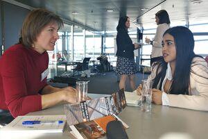 Patentprüferin Etz an einem Beratungstisch im Gespräch mit einer Frau mit einer jungen Interessentin