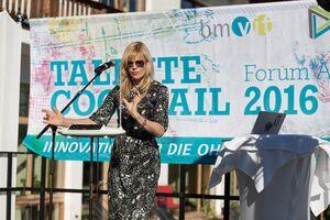 Am Bild bringt die Musikerin Dorit Chrysler ein Theremin zum Klingen