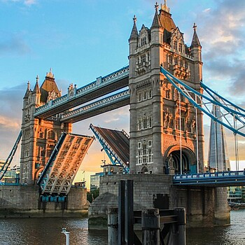 Tower Bridge in London in Abenddämmerung