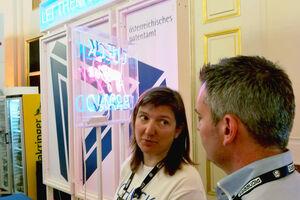 Gespräch einer Expertin des patentamtes mit einem Interessenten am Messestand des Pioneers Festival