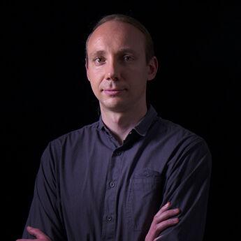 Portrait von Tibor Zajki-Zechmeister vor schwarzem Hintergrund