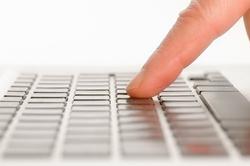 Zeigefinger bedient Computer Tastatur