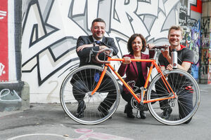 Gruppenbild mit Fahrrad