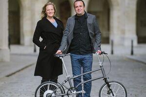Die Entwickler von VELLO.BIKE Valerie Wolff und Valentin Vodev stehen vor ihrer Erfindung, dem faltbaren eBIKE der Marke VELLO.