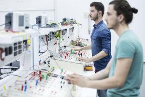 Zwei Forscher im Elektrotechnik Labor