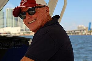 Joey Badian mit Sonnenbrille und Kappe
