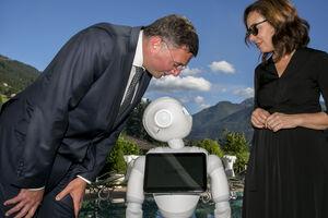 Minister Leichtfried und die Präsidentin des Österreichischen Patentamts Mariana Karepova mit Roboter Peppa